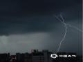 图为10日晚7点左右,广西民族医院附近上空出现的闪电。(图/ 莫保结)