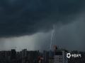 图为10日晚上7点左右,广西民族医院附近上空出现的闪电。(图/ 莫保结)