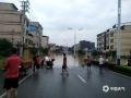 中国天气网广西站讯 昨天08时到今天08时,融安遭遇强降雨及上游来水共同影响,融江河河水暴涨,截至13时,融江河水位超警3.32米,融安县城沿江低洼地段、房屋、道路以及工地被河水浸泡,居民乘船出行。图为:209国道融安县城段被淹,居民乘船出行(图文/禤晓莹)