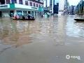 中国天气网广西站讯 7月11日,受持续强降雨及上游来水影响,融水县城遭遇今年以来最大洪水,今早8时融水水文站水位达110.85米,超警戒水位4.25米。洪水导致沿街的商铺全部被淹,交通中断,县城的居民只能坐船出行。8日以来,融水气象部门共发布暴雨红色预警4次、橙色预警7次。7月10日19时融水县气象局提升暴雨三级应急响应,当地政府组织各部门已对受灾群众进行救助和转移。图为:市民划船出行(文/李宜爽 图/陈文新)