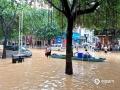 中国天气网广西站 7月11日,受持续强降雨及上游来水影响,融水县城遭遇今年以来最大洪水,今早8时融水水文站水位达110.85米,超警戒水位4.25米。洪水导致沿街的商铺全部被淹,交通中断,县城的居民只能坐船出行。8日以来,融水气象部门共发布暴雨红色预警4次、橙色预警7次。7月10日19时融水县气象局提升暴雨三级应急响应,当地政府组织各部门已对受灾群众进行救助和转移。图为:群众转移物资(文/李宜爽 图/陈文新)