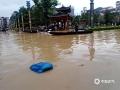 中国天气网广西站讯 7月11日,受持续强降雨及上游来水影响,融水县城遭遇今年以来最大洪水,今早8时融水水文站水位达110.85米,超警戒水位4.25米。洪水导致沿街的商铺全部被淹,交通中断,县城的居民只能坐船出行。8日以来,融水气象部门共发布暴雨红色预警4次、橙色预警7次。7月10日19时融水县气象局提升暴雨三级应急响应,当地政府组织各部门已对受灾群众进行救助和转移。图为:融水县大广场被淹(文/李宜爽 图/陈文新)