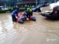 中国天气网广西站讯 7月11日,受持续强降雨及上游来水影响,融水县城遭遇今年以来最大洪水,今早8时融水水文站水位达110.85米,超警戒水位4.25米。洪水导致沿街的商铺全部被淹,交通中断,县城的居民只能坐船出行。8日以来,融水气象部门共发布暴雨红色预警4次、橙色预警7次。7月10日19时融水县气象局提升暴雨三级应急响应,当地政府组织各部门已对受灾群众进行救助和转移。图为:应急部门用冲锋舟转移人员(文/李宜爽 图/陈文新)