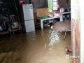 中国天气网广西站讯  6日夜间到7日早上河池普降中到大雨,部分地区出现暴雨到大暴雨,局地特大暴雨,强降雨主要集中在环江县境内,为今年以来强度最大、范围最广的强降雨天气过程。截止7日上午,环江部分乡镇现不同程度的洪涝灾害,据乡政府初步统计:大才乡新坡村白山屯全屯被淹;长美乡祥洞屯桑田受灾共计500亩,地势低洼处房子被淹,目前转移24户86人,无人员伤亡,具体灾情正在统计中。图为:环江大才乡一农户家里被水淹(文/李严萍 梁丽娜  吴雨婧  图/陈耀飞)