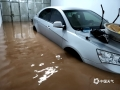 中国天气网广西站讯  6日夜间到7日早上,河池普降中到大雨,部分地区出现暴雨到大暴雨,局地特大暴雨。宜州及部分乡镇遭遇强降雨影响,德胜镇、安马乡等部分乡镇不同程度受灾。据宜州区应急管理局统计,截至9月7日上午11时,宜州区受灾群众2806人;被困群众46人;农作物受灾面积约3536亩;房屋垮塌2间,另外德胜镇榄树小学、立新小学、乾合小学停课。图为:环江德胜镇德福路居民家中被水淹(文/李严萍 梁丽娜 吴雨婧 图/李峰 潘宗才 覃定海)