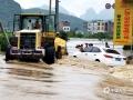 中国天气网广西站讯  6日夜间到7日早上,河池普降中到大雨,部分地区出现暴雨到大暴雨,局地特大暴雨。宜州区及部分乡镇出现不同程度受灾。据宜州区应急管理局统计,截至9月7日上午11时,宜州区受灾群众2806人;农作物受灾面积约3536亩;房屋垮塌2间,另外还有3所小学停课。图为:宜州安马乡安马街被洪水围困(文/李严萍 梁丽娜  吴雨婧 图/李峰 潘宗才 覃定海)