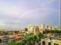 """中国天气网讯 经过一夜雨水的洗礼过后,今天(9月11日)钦州的天空白云悠悠,湛蓝美丽,就连彩虹也一早就来打卡,此情此景让人从一大早便拥有一个美丽心情。此外,昨天傍晚钦州市上空也惊现了五彩祥云,十分美丽。图为彩虹一早就""""打卡""""钦州。(图/李斌喜 文/韦嘉铭)"""