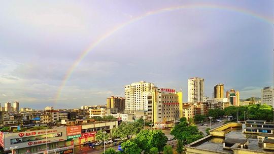 钦州雨后彩虹现身
