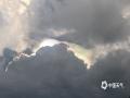 中国天气网讯 9月10日傍晚,崇左天空突现七彩祥云,光艳四射,仿佛一幅绚丽的油画,似乎彩云上空另有一个绝美的世界一般,画面奇幻令人惊艳!(图/叶景佑 文/郭彬)