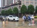 中国天气网广西站讯 9月11日下午,百色市田东县大部地区出现短时强降雨。受强降雨影响,县城东园巷、东宁路、富贵园小区十字路口等部分路段积水严重,给民众交通出行造成不便。田东县气象台预计,12-13日,田东县有中到大雨,局部有暴雨。提醒民众注意防范强降雨天气可能引发的山洪、泥石流、山体滑坡等地质灾害。(图/顾雄萍 文/何麒峰 顾雄萍)