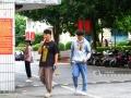 广西新闻网南宁10月10日讯(记者 莫雨田 实习生 赖子媚 苏李春)受冷空气南下影响,广西大部地区气温直线下降,首府南宁也于近日跌破20℃,进入秋风瑟瑟的季节。10月9日,记者走访南宁市人民公园、朝阳广场等地发现,街头的人们衣着不一,有在凉风下身穿短袖的交警,也有为了御寒穿上羽绒服的上班族,有穿着运动短裤外出的年轻小哥,也有早早穿上靴子的时髦女郎。图为南宁师范大学校道上穿着不一的学生。广西新闻网实习生苏李春 摄