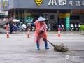 图为14日早上,钦州环卫工人穿着雨衣清扫街道。(图/李斌喜)