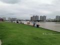 图为市民在邕江沿岸亲水平台游玩。(图/陈丽婕)