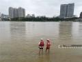 图为南宁市红十字会的工作人员在江边巡逻。(图/陈丽婕)