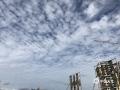 """中国天气网广西站讯 10月17日,贺州市城区上空出现大面积""""鱼鳞云"""",云朵在蓝天的映衬下,一排排一列列散布着,蔚为壮观。""""鱼鳞云""""又叫透光高积云,云块较薄,呈白色,常成一个或两个方向整齐地排列,云块之间有明显的缝隙。透光高积云多出现在大气比较稳定的状态下,出现这种云往往意味着天气持续晴好。(图文/吴蒨茵)"""