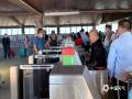 """中国天气网广西站讯 受台风""""沙德尔""""和冷空气共同影响,10月24日-25日北部湾海面将会出现8到9级阵风和降水天气。据涠洲岛旅游区管委会发布消息,北海至涠洲岛航线将在24-25日停航两天。今天下午,在涠洲岛西角码头许多游客已经选择购票离岛。(图/黄中有 文/李侣推)"""