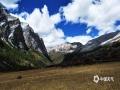 中国天气网广西站讯 稻城亚丁不仅有神圣的雪山、辽阔的草甸、五彩的森林和碧蓝通透的海子,还有纯净的空气、旖旎的田园风光。稻城亚丁的秋天,就像画家挥动手中的画笔,由满山的绿变为金黄与绿相交,再到金黄的世界,层林尽染,雪域高原最美的一切几乎都汇聚于此。图为:亚丁秋季的金色草甸。(图文/张宇)