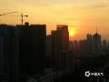 """中国天气网广西站讯 10月26日傍晚时分,夕阳西下,晚霞点缀南宁的上空,与暮色中的景观交相辉映,构成了一幅幅""""醉美""""夕阳画。(文/周玉 图/韦坚)"""