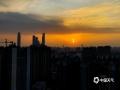 """中国天气网广西站讯 10月26日傍晚时分,夕阳西下,晚霞点缀南宁的上空,与暮色中的景观交相辉映,构成了一幅幅""""醉美""""夕阳画。(文/周玉 图/卢威旭)"""