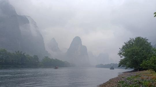 广西阳朔等地雨雾朦胧