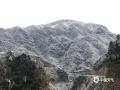 中国天气网广西站讯 1月9日,柳州市融水县高寒山区和北部乡镇出现了冰冻和道路结冰。据自动气象站统计,融水全县有24个站点最低气温低于0℃,其中元宝山飞来石最低气温低至零下6.8℃,出现了雨凇美景。(图文/冯珍灵)