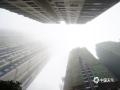 """中国天气网广西站讯 今天(22日)早晨,钦州市出现大雾""""锁城""""的景象,城区最小能见度不足50米。钦州市气象台已于今天06时10分更新发布今年首个大雾橙色预警信号。中午前后,随着云开日出,雾气逐渐散去,大雾橙色预警信号于12时06分解除。预计未来一周,钦州市的雾天气会相对频繁,直到28日新一股冷空气来袭才将""""退场""""。(图/李斌喜 文/韦嘉铭)"""