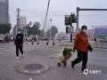 图为22日早晨,钦州市民在雾中出行。(图/李斌喜)