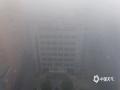 中国天气网广西站讯 1月22日,整个北海被大雾笼罩,整个城市显得灰雾蒙蒙。路上大小车辆蠕动爬行,海上渔船若隐若现,刚刚露出的太阳又被大雾蒙盖,此次大雾给人们的生活和出行带来不便。(图文/彭定宇)