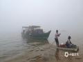 中国天气网广西站讯 1月22日,整个北海被大雾笼罩,整个城市显得灰雾蒙蒙。路上大小车辆蠕动爬行,海上渔船若隐若现,刚刚露出的太阳又被大雾蒙盖,此次大雾给人们的生活和出行带来不便。(文/彭定宇 图/蔡敏)