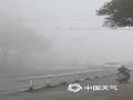 中国天气网广西站讯 1月22日,整个北海被大雾笼罩,整个城市显得灰雾蒙蒙。路上大小车辆蠕动爬行,海上渔船若隐若现,刚刚露出的太阳又被大雾蒙盖,此次大雾给人们的生活和出行带来不便。(文/彭定宇 图/潘绚)