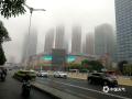 """中国天气网讯 近日广西接连被阴雨包围。今晨,受偏南暖湿气流影响,广西中部多地遭遇大雾笼罩,局地能见度不足50米。图为:南宁昨天和今天连遭大雾影响,高楼在白茫茫的雾气笼罩中若隐若现仿佛坠入""""仙境""""。(图/老曾 文/郁海蓉)"""