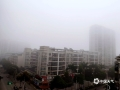 中国天气网讯 近日广西接连被阴雨包围。今晨,受偏南暖湿气流影响,广西中部多地遭遇大雾袭击,局地能见度不足50米。图为:今晨平果雾蒙蒙(图/何翔 文/郁海蓉)