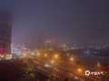 """中国天气网讯 近日广西接连被阴雨包围。今晨,受偏南暖湿气流影响,广西中部多地遭遇大雾袭击,局地能见度不足50米。图为:昨晚来宾雾气弥漫,城市平添了几分妩媚""""。(图/ 苏庆红 文/郁海蓉)"""
