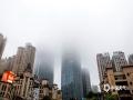 中国天气网广西站讯 今天(5日)早晨,广西南宁市区出现大雾天气,南宁市气象台发布大雾橙色预警。南宁市区楼群被雾气笼罩,云雾飘渺。提醒市民大雾天气里尽量不要打开朝南的窗户,避免屋内受潮。由于能见度较低,驾驶员朋友也要注意行车安全,保持车距。(图/卢威旭 文/梁健)