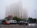 """中国天气网广西站讯 3月6日早上,钦州城区被雾气笼罩,高大的建筑群不见轮廓,并伴有""""回南""""现象,墙壁""""冒汗""""、地板渗水、门窗潮湿的景象又出现了。(图文/李斌喜)"""