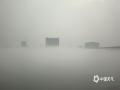 """中国天气网广西站讯 3月31日早晨,贵港市平南县浔江江面被浓雾笼罩,白茫茫一片。放眼望去,对岸楼房在雾中若隐若现,仿佛""""空中楼阁""""一般。(图文/余恒鑫)"""