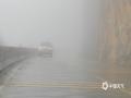 4月11日,百色凌云县遭遇大雾天气。在G357国道凌云县城至逻楼镇东合村一带,能见度普遍低于200米,部分地区能见度不足50米,道路湿滑,提醒广大司机朋友途径此路段注意降低车速行驶,确保安全出行。(图文/杨少秋)