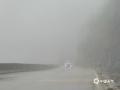 中国天气网广西站讯 4月11日,百色凌云县遭遇大雾天气。在G357国道凌云县城至逻楼镇东合村一带,能见度普遍低于200米,部分地区能见度不足50米,道路湿滑,提醒广大司机朋友途径此路段注意降低车速行驶,确保安全出行。(图文/杨少秋)