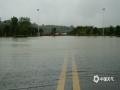 4月26日,广西崇左市各地出现大到暴雨天气过程。崇左城区东盟大道部分道路由于处于低洼路段,出现严重积水,导致交通阻断,部分车辆被淹。出现积水后当地有关部门迅速出动救援,清理道路。截止26日下午,道路积水已基本消退,目前无人员伤亡。图为市区某路段积水严重。(文/陆小晓 图/唐昌秀)