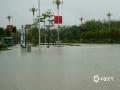 4月26日,广西崇左市各地出现大到暴雨天气过程。崇左城区东盟大道部分道路由于处于低洼路段,出现严重积水,导致交通阻断,部分车辆被淹。出现积水后当地有关部门迅速出动救援,清理道路。截止26日下午,道路积水已基本消退,目前无人员伤亡。图为行驶中的车辆被淹。(文/陆小晓 图/唐昌秀)