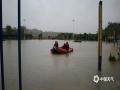 4月26日,广西崇左市各地出现大到暴雨天气过程。崇左城区东盟大道部分道路由于处于低洼路段,出现严重积水,导致交通阻断,部分车辆被淹。出现积水后当地有关部门迅速出动救援,清理道路。截止26日下午,道路积水已基本消退,目前无人员伤亡。图为有关部门出动救援。(文/陆小晓 图/张健)