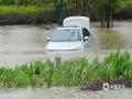 中国天气网讯 4月26日,广西崇左市各地出现大到暴雨天气过程。崇左城区东盟大道部分道路由于处于低洼路段,出现严重积水,导致交通阻断,部分车辆被淹。出现积水后当地有关部门迅速出动救援,清理道路。截止26日下午,道路积水已基本消退,目前无人员伤亡。图为路边停靠车辆被淹。(文/陆小晓 图/唐昌秀)