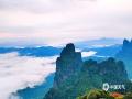 """4月29日,在广西来宾市金秀县,有着""""广西第五高峰""""""""桂中第一高峰""""之称的的圣堂山上,云雾缭绕在山头,云海景色非常壮美。五一假期即将到来,大家不妨到这里来观云海和日出。(图/姜新柒 文/苏庆红)"""