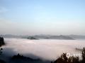 """中国天气网广西站讯 近期凤山县持续出现阴雨天气,近地面层空气湿度较大,29日天气开始转晴。早晨湿度大,湿空气抬升凝结易形成云雾天气,30日早晨,凤山县百乐坳""""寿源云海""""景区出现了久违的云海奇观,吸引了许多摄影爱好者和游客前往摄影、观赏。(图文/陆凌华)"""