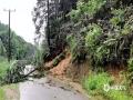 图为4日柳州市融安县大将镇板茂村拉威屯道路出现山体滑坡。(图/蓝求)