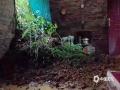图为4日柳州市融安县长安镇寻村村董滩屯出现塌方。(图/蓝求)