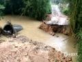 中国天气讯 5月3日晚到4日白天,广西北部中东部出现大范围大雨到暴雨,局部大暴雨到特大暴雨并伴有雷暴大风等强对流天气,导致桂林、柳州等市多地出现内涝、塌方、树木倒伏等灾害。图为4日融安县雅瑶乡张口村杨家屯盖板涵桥被冲毁。(图/蓝求 文/蓝求 邓苏花雨)