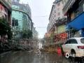 图为4日柳州市融水县融水镇商贸城广告牌被吹倒。(图/蓝求)