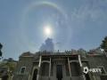 5月6日中午,广西钦州市城区上空出现了日晕天象奇观。日晕是一种大气光学现象,形成的原因是在5000米的高空中出现了由冰晶构成的卷层云,卷层云中的冰晶经过太阳照射后会发生折射和反射等物理变化,阳光便分解成了红、黄、绿、紫等多种颜色,这样太阳周围就出现一个巨大的彩色光环,称为晕。(图文/李斌喜)