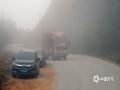 今天(7日)早晨,一场春雨过后,因空气湿度较大,夜间气温较低,百色市隆林县新州镇的寒山、弄桑、么窝等高海拔山区出现了大雾天气,最低能见度仅200米左右,山坳水汽充足的地方能见度更低。山区大雾的出现给驾车出行带来了不利影响。(图文/尹华军)